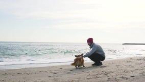 Man med corgihunden lager videofilmer