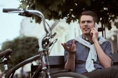 Man med cykeln royaltyfria bilder