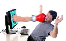 Man med datoren som slås av boxninghandsken fotografering för bildbyråer