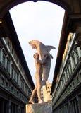 Man med delfin, klockatorn av Palazzo Vecchio och Uffizi galleri, Florence, Italien Royaltyfri Bild