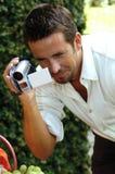 Man med den digitala kameran Arkivbilder