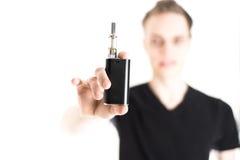 Man med den elektroniska cigaretten Arkivfoto