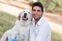 Man med den gamla pensionärlabrador hunden Arkivfoto