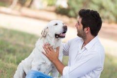 Man med den gamla pensionärlabrador hunden Royaltyfri Bild