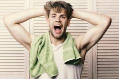 Man med den gröna handduken på hals Idrottsman nen med starka muskler efter morgondusch Morgonen övar begrepp Arkivbild