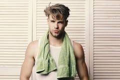 Man med den gröna handduken runt om hals Idrottsman nen med starka muskler efter morgondusch Öva och sund livsstil Arkivfoton