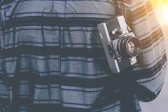 Man med den hängande tappningkameran Royaltyfria Foton