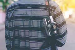 Man med den hängande tappningkameran Royaltyfri Foto