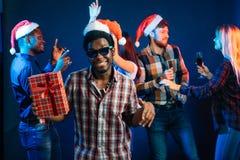 Man med den hållande julgåvan för charmigt leende i händer Arkivfoton