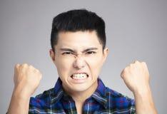 man med den ilskna och tokiga framsidan fotografering för bildbyråer
