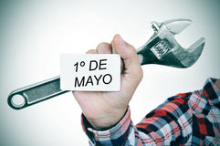 Man med den justerbara skiftnyckeln och skylt med text 1o de mayo, M Royaltyfri Bild