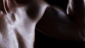 Man med den muskulösa torson lager videofilmer