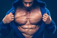 Man med den muskulösa torson Starka idrotts- män Royaltyfri Fotografi