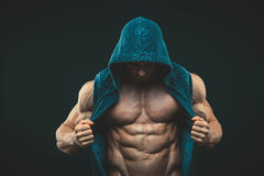 Man med den muskulösa torson Starka idrotts- män Royaltyfri Foto