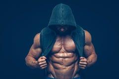 Man med den muskulösa torson Starka idrotts- män Arkivfoto