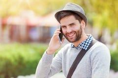 Man med den smart telefonen Royaltyfri Foto
