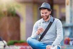 Man med den smart telefonen Arkivfoton