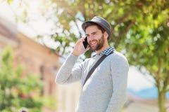 Man med den smart telefonen Fotografering för Bildbyråer