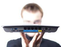 Man med den trådlösa routeren i hand Arkivfoto