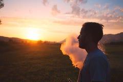 Man med den utomhus- elektroniska cigaretten för skäggrök Rök av den elektroniska cigaretten Arkivfoton