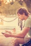 Man med den utomhus- minnestavlaPC:N Royaltyfria Bilder