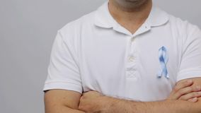 Man med det blåa bandet för medvetenhet för prostatacancer stock video