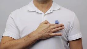 Man med det blåa bandet för medvetenhet för prostatacancer arkivfilmer