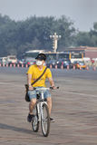 Man med det 3M munlocket på en cykel, Peking, porslin Arkivfoton