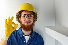 Man med det röda skägget i den gula hjälmen och de gula handskarna Fotografering för Bildbyråer