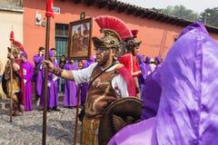 Man med det roman soldatdräktanseendet på processionen av San Bartolome de Becerra i 1a Avenida, Antigua Guatemala Royaltyfria Bilder
