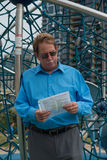 Man med domstolsdokumentet i hans hand Royaltyfria Bilder