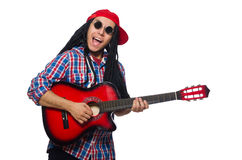 Man med dreadlocks som rymmer gitarren isolerad på Arkivbilder