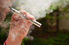 Man med e-cigaretten Fotografering för Bildbyråer