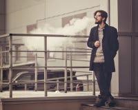 Man med e-cigaretten Arkivfoto
