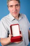 Man med en öppen röd gåvaask Royaltyfri Foto