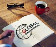 Man med en anmärkning och ett begrepp för globala kommunikationer Arkivfoto