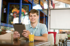 Man med en bärbar dator i ett kafé Arkivfoton