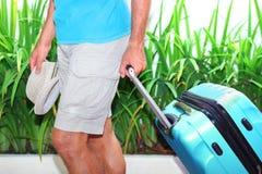 man med en blå resväska royaltyfria bilder
