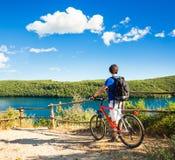 Man med en cykel på härlig naturbakgrund royaltyfri fotografi