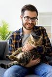 Man med en katt royaltyfri bild