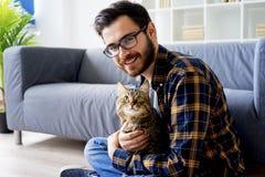 Man med en katt arkivfoto