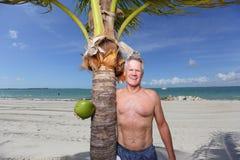 Man med en kokosnöt royaltyfri bild