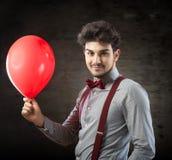 Man med en röd ballong Royaltyfri Bild