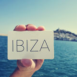 Man med en skylt med ordet Ibiza, i den Ibiza staden, Spanien; Royaltyfri Foto