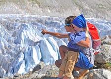 Man med en son på glaciären Arkivbilder