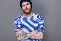 Man med en tatuering på hans hand, studio Royaltyfri Foto