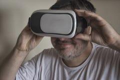 Man med en VR-hörlurar med mikrofon Arkivbild