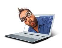 Man med ett förvånat uttryck i bärbara datorn arkivbild