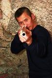 Man med ett gevär royaltyfria foton