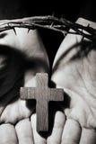 Man med ett kors och en krona av taggar Arkivfoton